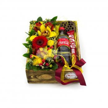 Коробочка с цветами микс и сладостями
