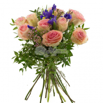 Букет из роз с ирисами и зеленью